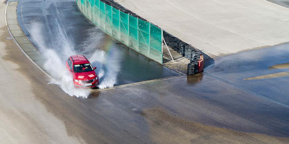 Test ACE Lenkrad: zakręt na mokrej nawierzchni