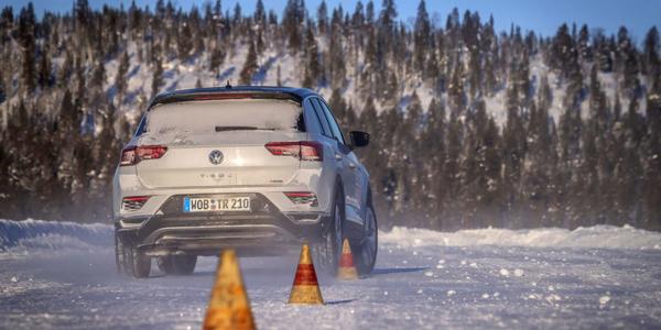 Ocena sprawności hamowania opon zimowych na kompaktowym SUV-ie Volkswagen T-Roc