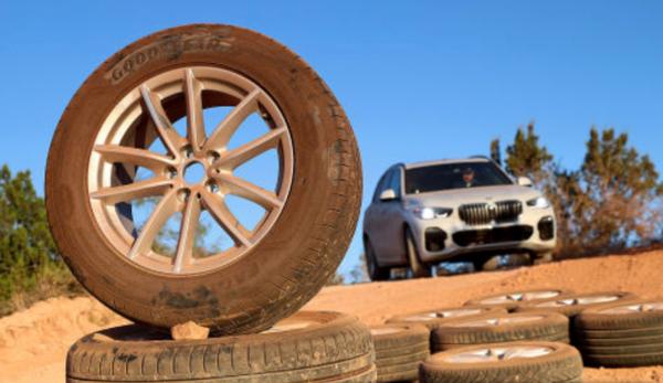 Ranking opon letnich do samochodów terenowych i SUV-ów – specjaliści z Auto Bild testują możliwości opon w błocie na BMW X5
