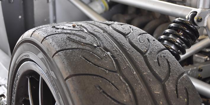 rezulteo testuje oponę Yokohama Advan AD08R podczas wyścigu po torze Magny-Cours