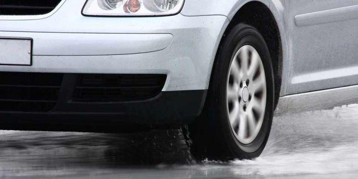 Akwaplanacja to groźne zjawisko występujące podczas opadów deszczu. Jak sobie z nim radzić?