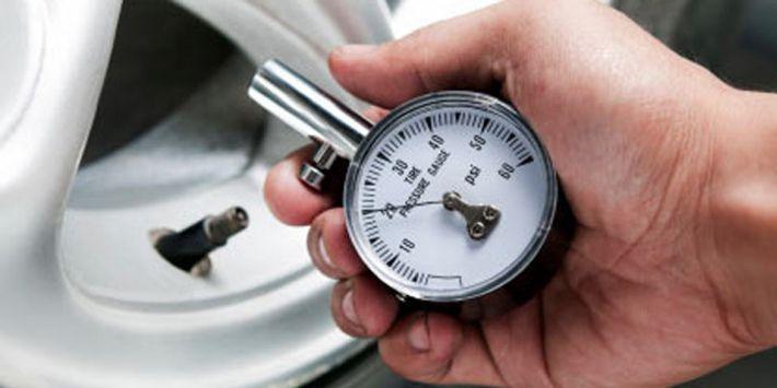 Regularne kontrole ciśnienia w oponach