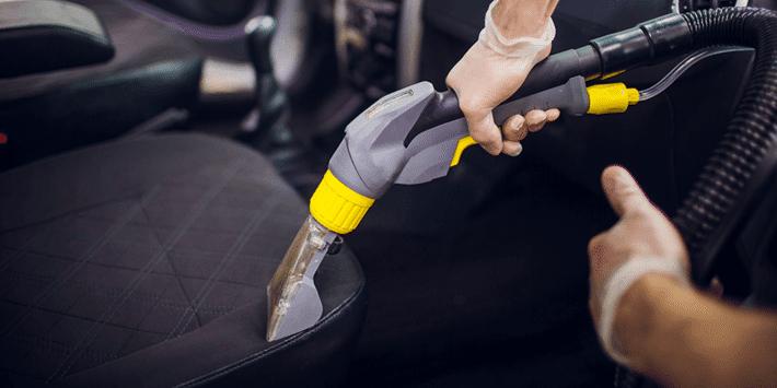 Dokładnie wyczyść tapicerkę i dywaniki samochodowe, aby zapewnić sobie i swoim pasażerom wyższy komfort jazdy