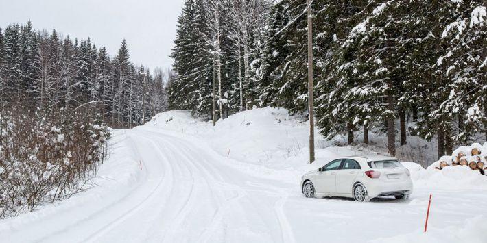 Jak najlepiej wykorzystać układy wspomagania podczas jazdy po śniegu?