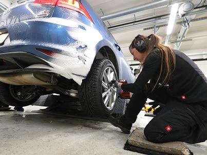 Montaż opon zimowych w Volkswagenie Golfie do testów ogumienia na 2021 rok w wykonaniu specjalistów z ADAC i TCS