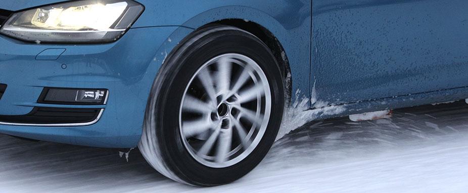 Volkswagen Golf na śniegu podczas testowania opon zimowych na 2021 rok w wykonaniu specjalistów z ADAC i TCS