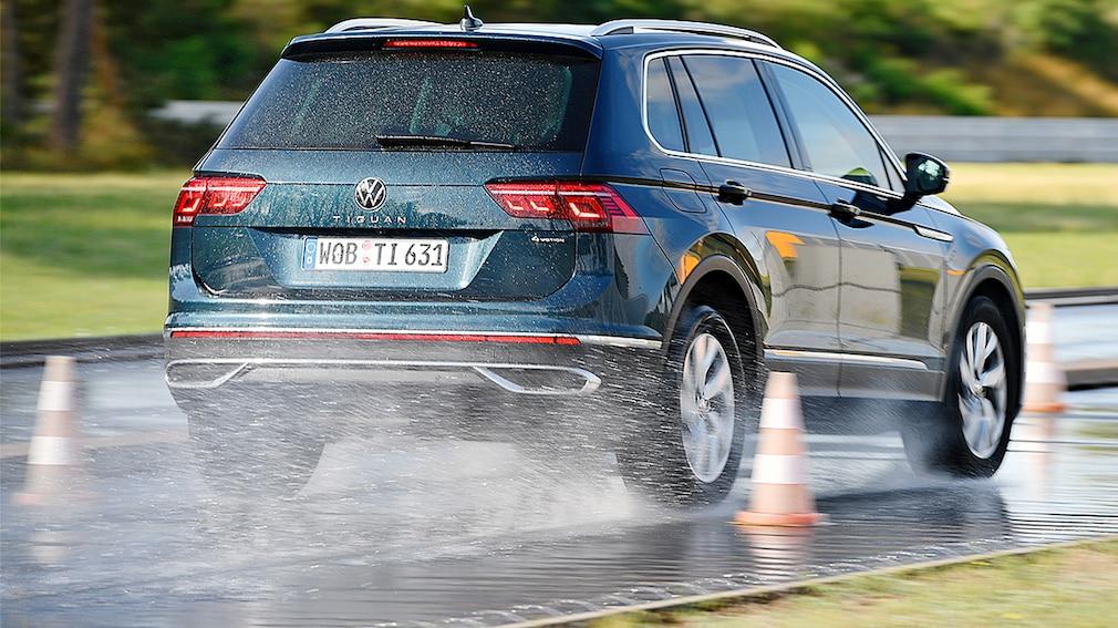 Volkswagen Tiguan hamuje na mokrej nawierzchni podczas testów ogumienia całorocznego 2021 do SUV-ów w wykonaniu specjalistów z Auto Bild