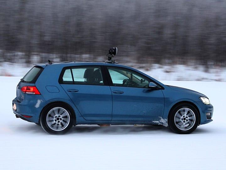 Volkswagen Golf pokonuje zaśnieżony zakręt podczas testowania opon zimowych na 2021 rok w wykonaniu specjalistów z ADAC i TCS